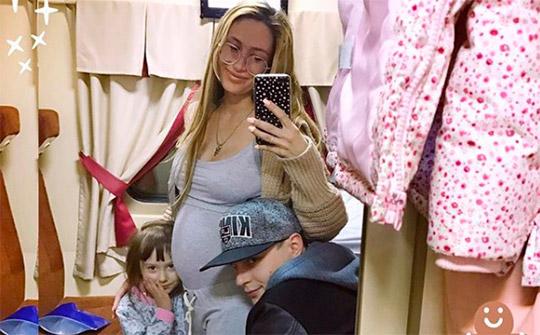 Алёна Ашмарина расцвела от беременности